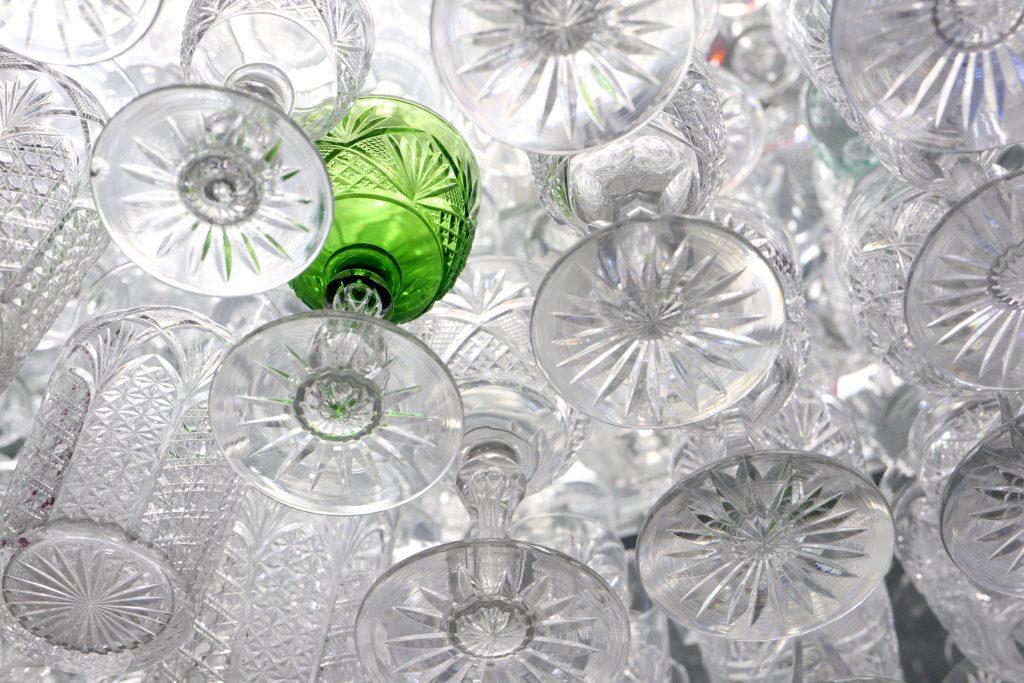 Glasföremål fotade underifrån genom en glashylla i glassamlingen på Magasin GLAS