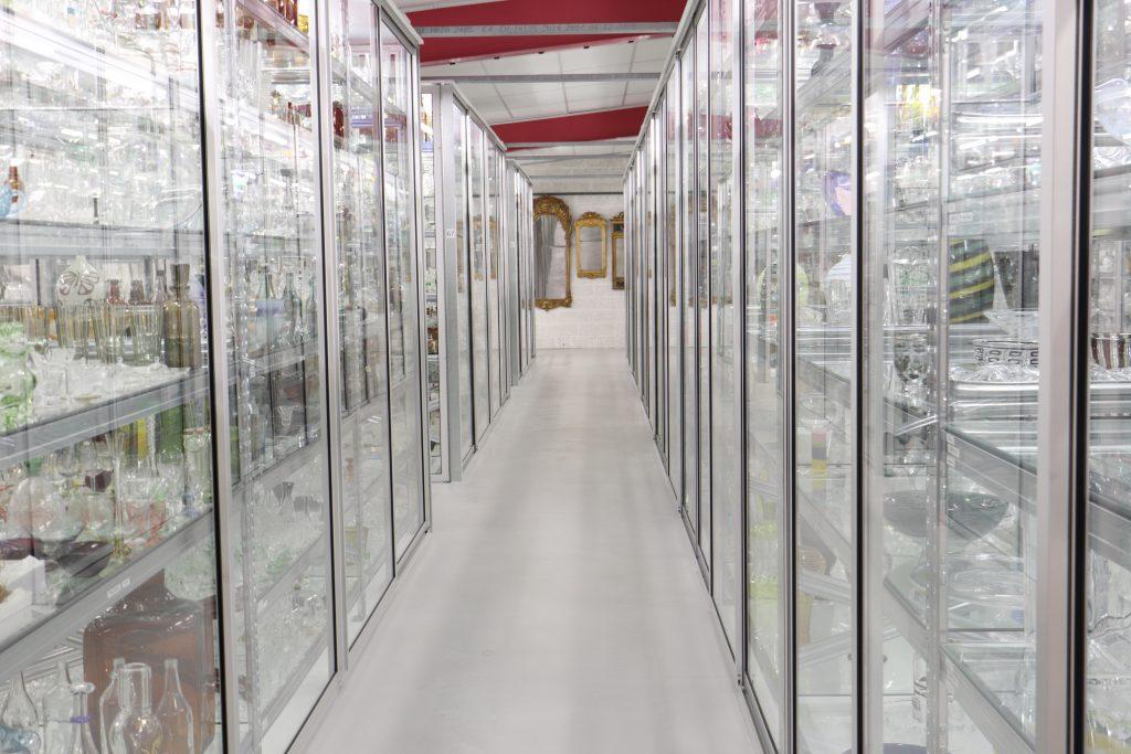 Glasskåp på Magasin GLAS, samt några speglar längst bort.