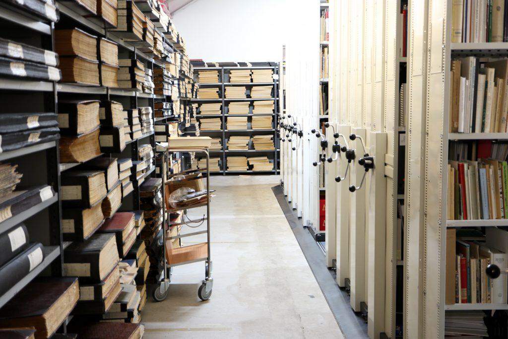 Hyllor med böcker i biblioteket på Kulturarvscentrum