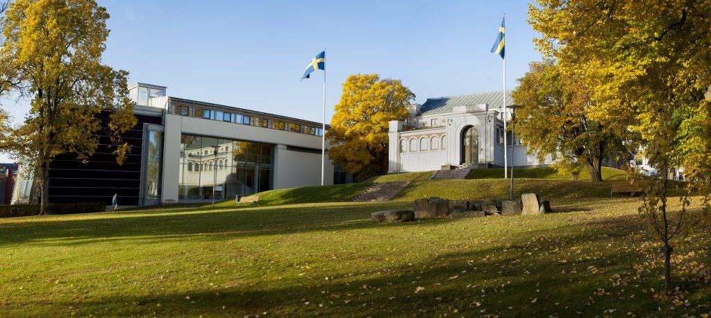Byggnaderna för Smålands museum och Sveriges glasmuseum sett från Museiparken.