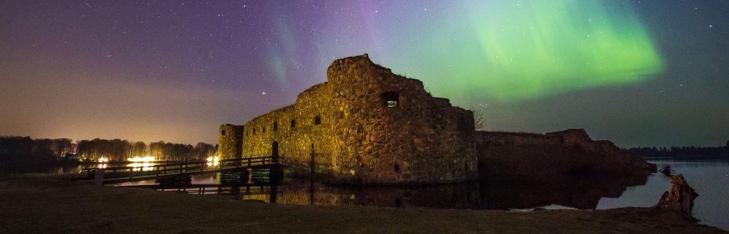 Kronobergs slottsruin med norrsken på himlen i bakgrunden