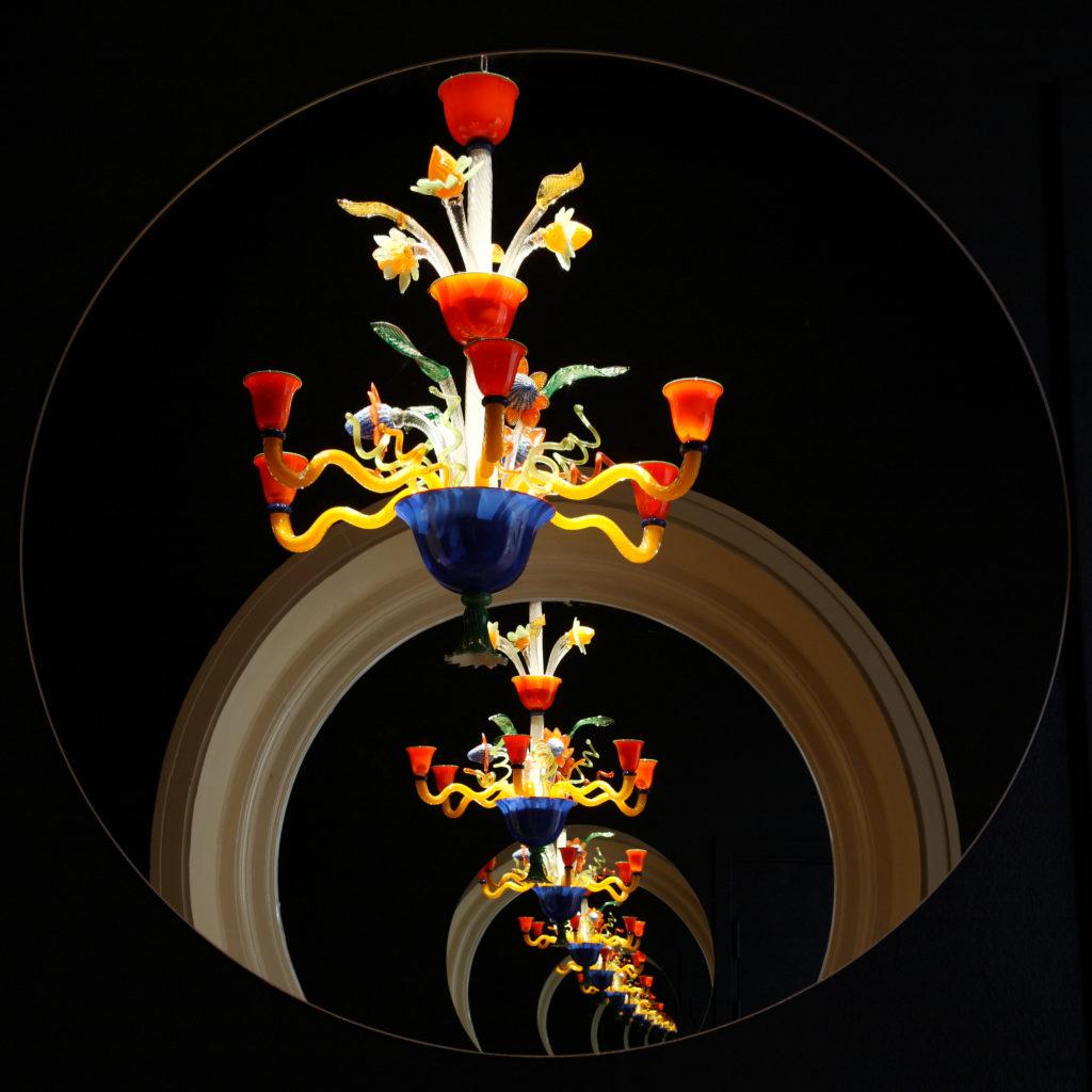 Ljuskrona i utställningen Studioglas i förändring