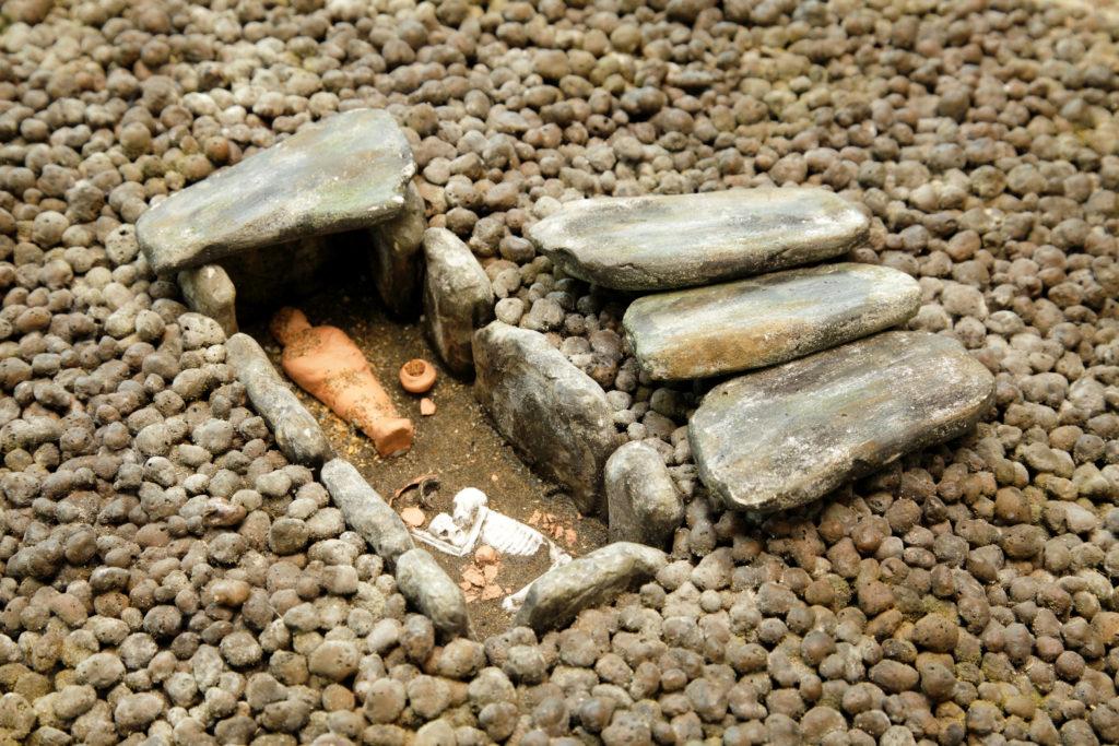 Modell av en grav från forntiden