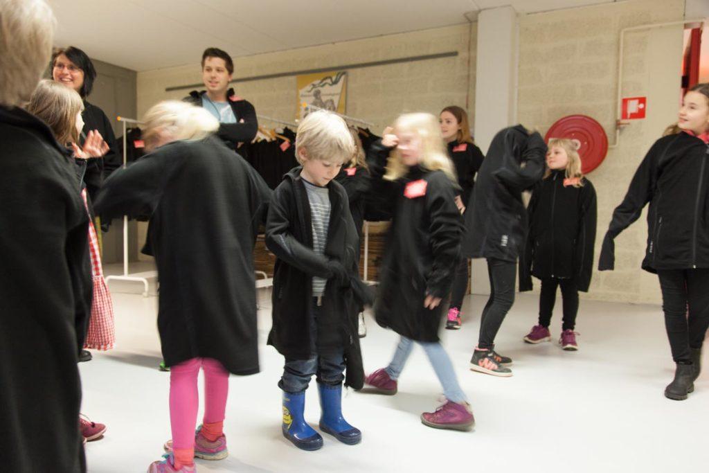 Barn tar på sig rockar för att besöka arkiven på Kulturavcentrum