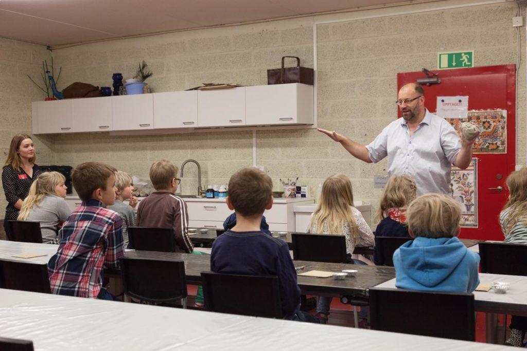 Håkan Nordmark pratar inför en skolklass med barn.