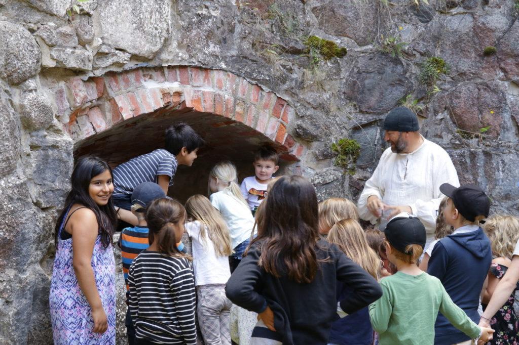Pedagog Håkan Nordmark guidar barn på Kronobergs slottsruin